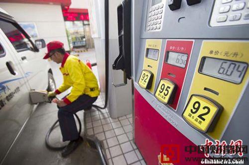 资料图:山西太原,加油站工作人员给车辆加油。 <a target=